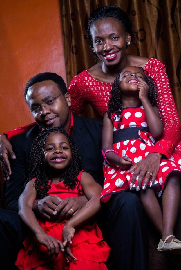 Terry Gobanga com o marido, Tonny, e suas duas filhas
