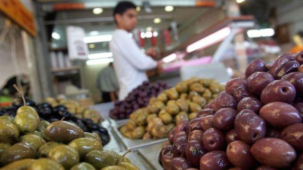 Azeitonas e outros alimentos em mercado espanhol