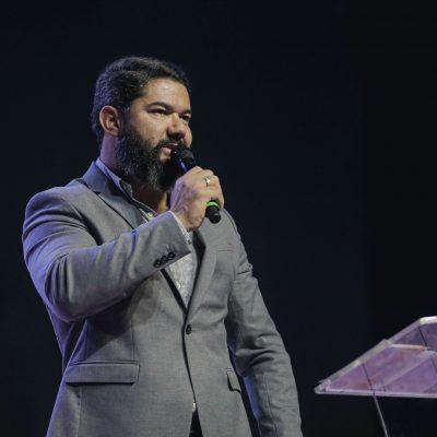 Bispo Lucas Cunha ministra sobre os indivíduos não perderem a força em Deus