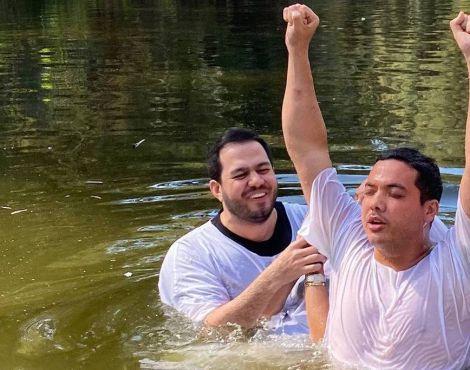 """Safadão é batizado no rio Jordão: """"Minha vida é de Jesus"""""""