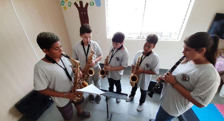 Projeto Pequeno Tobias oferece aulas de música e reforço escolar em Ilhabela/SP