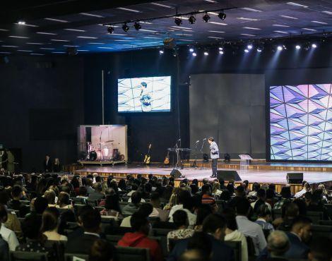 Bispos Robson e Lúcia Rodovalho ministram profeticamente a Santa Ceia nos cultos de domingo