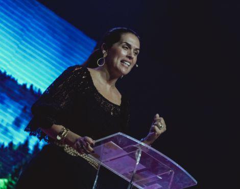 Bispa Priscila Rodovalho Cunha ministra sobre as armas da fé