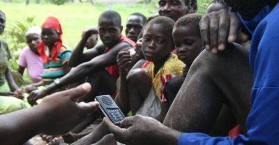 Bíblia em áudio ajuda na evangelização de analfabetos no Quênia