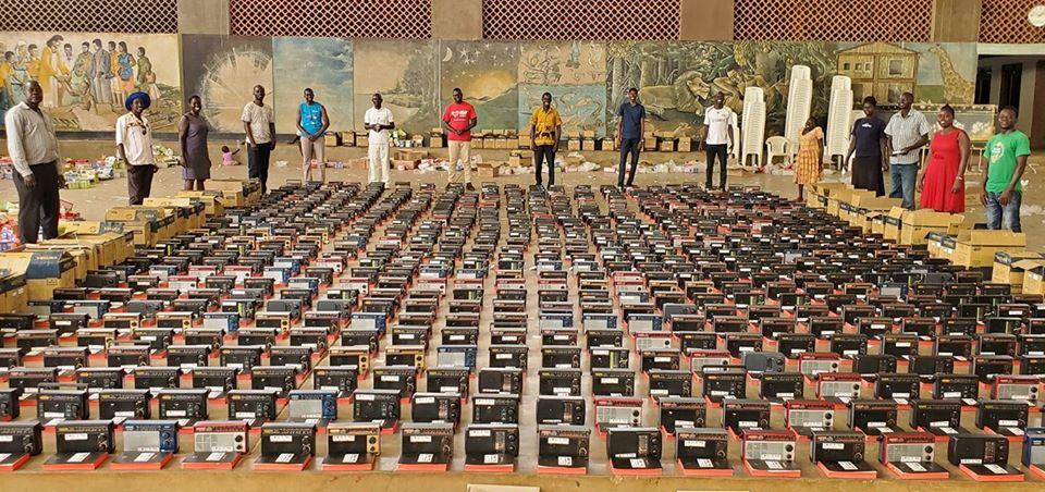 biblias-e-radios-para-ugandenses