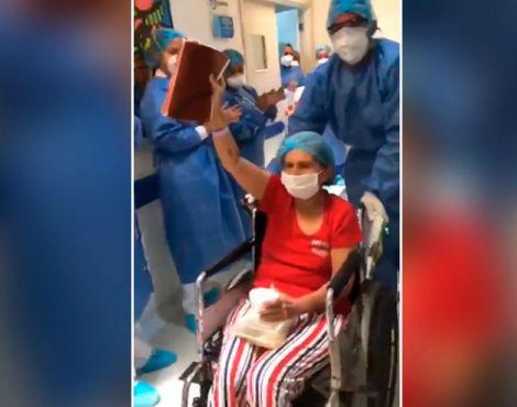 Idosa vence Covid-19 e deixa hospital agradecendo a Deus e erguendo a Bíblia