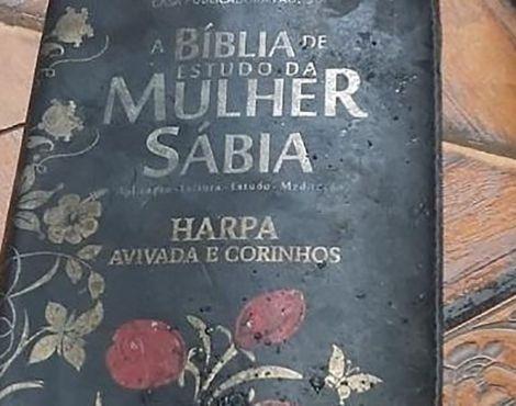 "Bíblia escapa intacta de incêndio que consumiu casa; ""Milagre"", diz moradora"