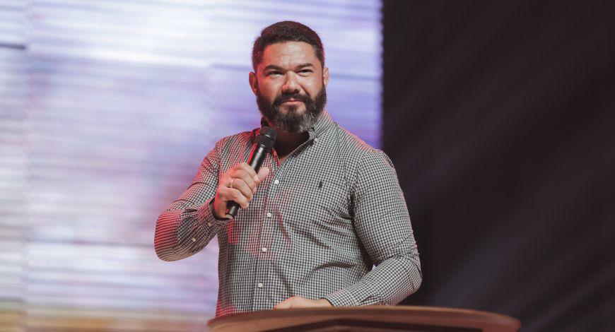 """Culto da Fé: """"Deus ilumina sua vida agora"""", declara Bispo Lucas Cunha"""
