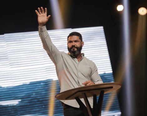 Bispo Lucas Cunha ministra sobre a Graça de Deus