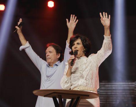 Bispos Robson e Lúcia Rodovalho ministram Santa Ceia