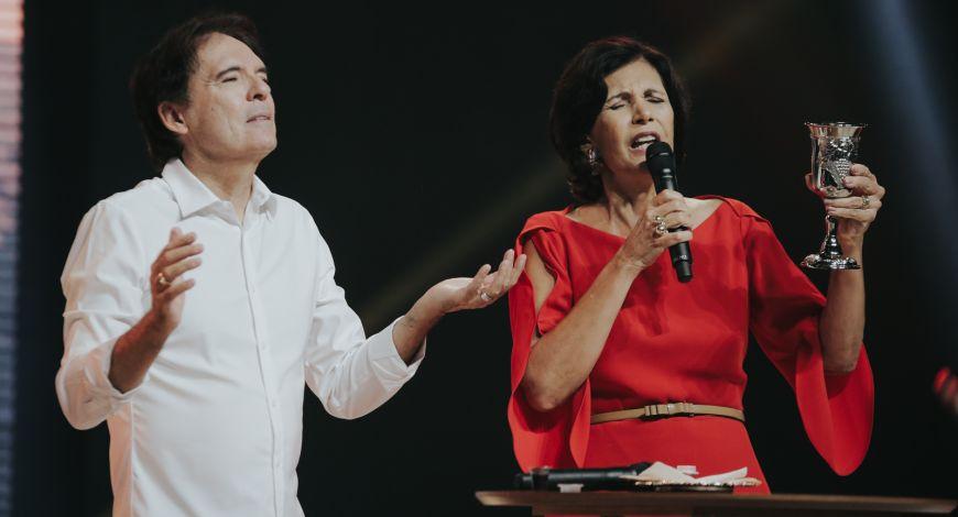 Bipos Robson e Lúcia Rodovalho celebram Santa Ceia e encerram Celebração Profética 21