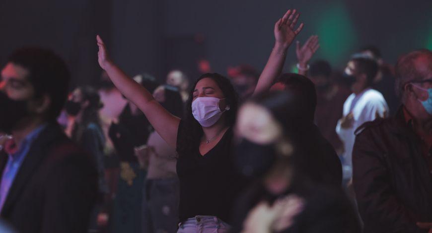 Maioria dos evangélicos se sente inspirado depois de adorar a Deus