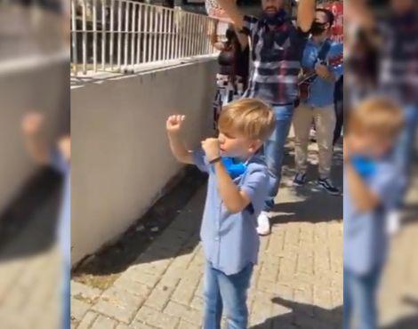 Crianças oram em frente a hospitais e geram comoção na internet