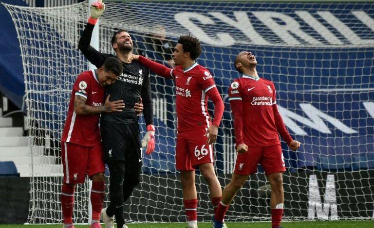 'Deus colocou Sua mão na minha cabeça', diz Alisson após gol no último minuto pelo Liverpool