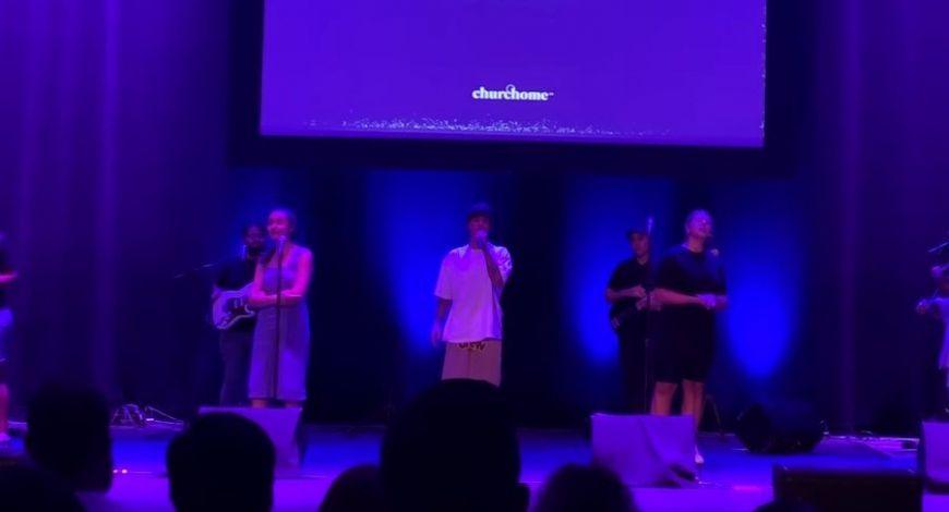 Justin Bieber lidera adoração na igreja de Judah Smith